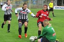 Na vítězném startu žen Spartaku se dvěma trefami podílela kapitánka Veronika Jedličková (druhá zleva), i když v této chvíli na bránící Nikolu Trnkovou a protivínskou brankářku Petru Brožovou nevyzrála.