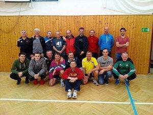 Účastníci 8. ročníku Memoriálu Jana Šperkera v Benešově nad Černou na společném snímku.