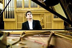 Dva v jednom.  Javiera Perianese (na snímku) ocenilo španělské ministerstvo kultury. Za jeho koncert v pátek a za koncert houslisty Tanji Becker-Bender zaplatíte celkem jen 790 Kč.