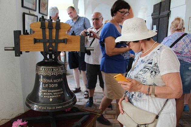 Nový zvon už je na Křížové hoře, lidé si ho mohou prohlédnout vkapli.