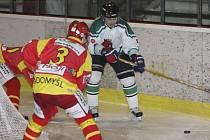 Krumlovský kanonýr Roman Uhlíř (vpravo) si v zápasech s Radomyšlí připsal v této sezoně pokaždé vítěznou trefu. Při domácí výhře 6:3 (na snímku) vstřelil rozdílový čtvrtý gól medvědů a v odvetě na píseckém ledě zajistil Slavoji tři body trefou na 1:2.
