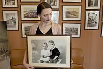 V Museu Fotoateliér Seidel v Českém Krumlově v době covidové retušují a digitalizují staré fotografie.