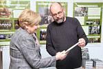 Výstavu zahájila paní Mgr. Ivana Stráská, hejtmanka Jihočeského kraje.  Paní hejtmanka zároveň převzala od CPDM malý knižní dárek.