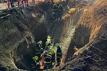 Záchrana muže zavaleného ve výkopu ve Žďáru na Kaplicku.