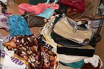Darované kabelky a šátky.