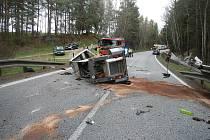 Malý nakladač se na přívěsu převrhl a dopadl na silnici. Foto: HZS Jihočeského kraje