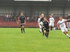 KP žáci – 4. kolo: Spartak Kaplice (černé dresy) –  FC ZVVZ Milevsko (starší modré, mladší bílé)