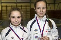 Třešničkou na dortu vydařeného šampionátu je pro pořádající krumlovské badmintonisty nečekaný, ale o to příjemnější, deblový bronz dívčího páru Michaela Štronerová a Linda Šmikmátorová (na snímku zleva).