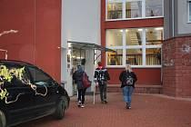 Do českokrumlovského gymnázia už zase mířili studenti.