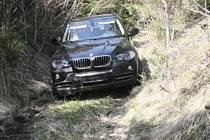 Pronásledovaní zloději se pokoušeli ukradené BMW schovat v lese.