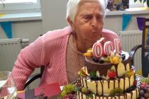 DOMOV SLAVIL. Velikou oslavu narozenin připravili zaměstnanci Domova pro seniory v Kaplici na významnou událost. Paní Emílie Tetourová, která v domově žije, dosáhla obdivuhodného věku 100 let.