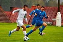 Fotbalisté Frymburku (v modrém) zdolali Dolní Dvořiště 2:0 a po šesti kolech jim patří druhá příčka tabulky I.B třídy sk. A.