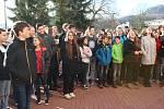 Studenti českokrumlovského gymnázia zasadili před školou lípu na památku 100. výročí zvolení prvního československého prezidenta.