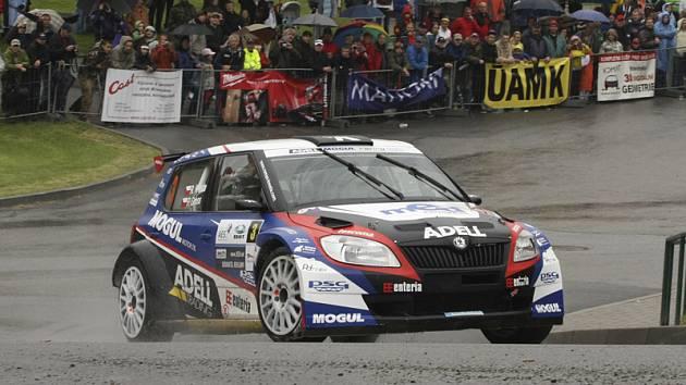 Do úzkého okruhu aspirantů na celkové prvenství patří i letos Roman Kresta s Petrem Grossem na Škodě Fabii S2000 (na snímku z loňského ročníku při průjezdu Malont).