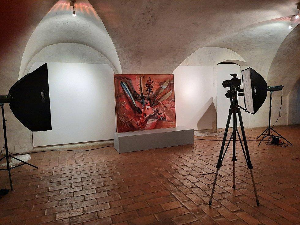 V krumlovském Egon Schiele Art Centru připravují sezónu 2021/22. Obraz Michaela Rittsteina Nohy na stole před objektivem fotografa Libora Sváčka.