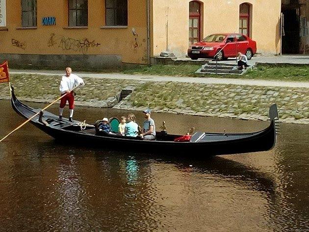 Gondola se stala atrakcí Českého Krumlova.