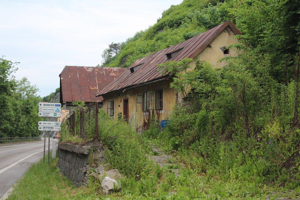 V minulosti byl na tyto domky u řeky při hlavním tahu Českým Krumlovem jistě malebný pohled. Nyní však roky chátrají a zřejmě je nečeká nic jiného než demolice, nebo zhroucení.
