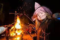 Čarodějnou noc ve Velešíně prozářily lampiony a vatra.