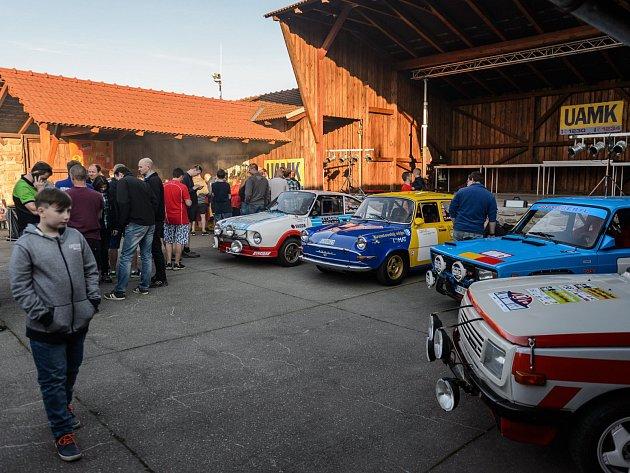 Fanoušci a jezdci Rallye Český Krumlov se ve středu setkali na Holkově.