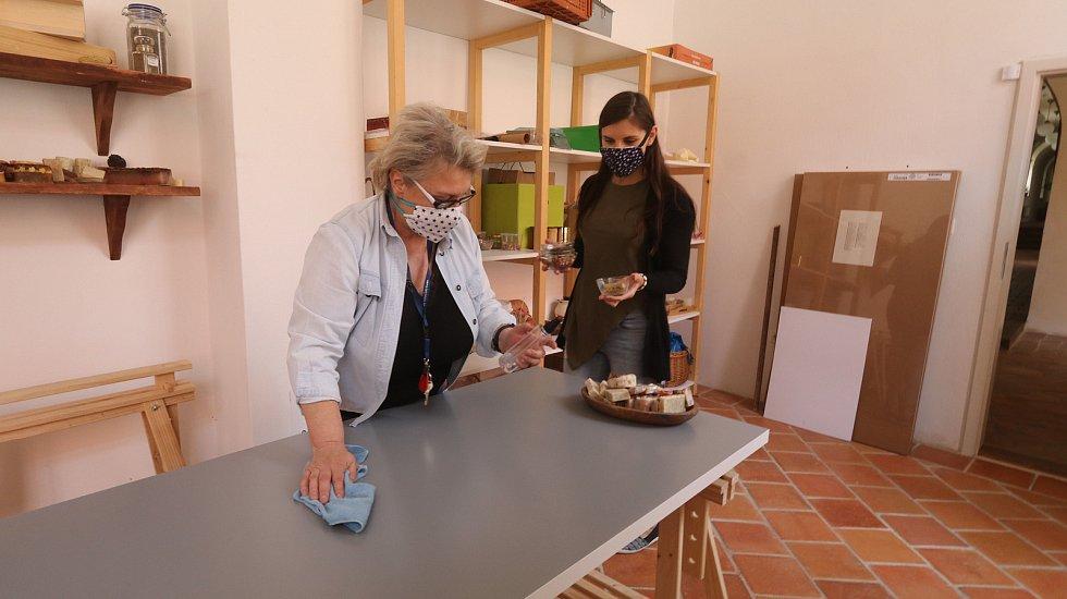 Příprava k otevření krumlovských klášterů. Na snímku Andrea Chuchlová (vpravo).