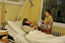 Skauti se vydali za babičkami a dědečky do nemocnice.