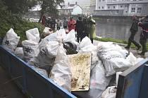 Dobrovolníci vyčistili břehy Vltavy.