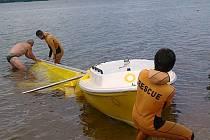 Záchrana převrácené plachetnice na Lipně.