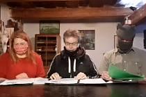 Dřevohostický starosta Petr Dostál, který spolu se dvěma kolegy - místním kastelánem a pracovnicí stavebního úřadu - začal v době koronavirové krize číst pohádky dětem.