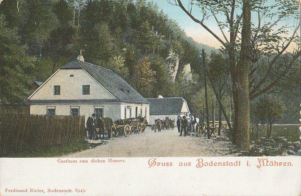 Přerovský sběratel Břetislav Passinger shromáždil na čtyři a půl tisíce vzácných kousků historických pohlednic.  Věnuje se i kresbě starých razítek.