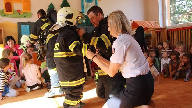 Vyzkoušet si alespoň na chvíli, jaké je to být hasičem, si ve středu dopoledne vyzkoušely děti z Mateřské školy Optiky v Přerově.