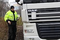 Přerovští strážníci v ulici Velká Dlážka zastavují kamiony ze zahraničí, které bloudí po otevření úseku dálnice mezi Lipníkem a Přerovem po městě