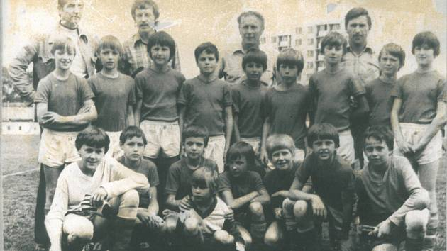 1. SPORTOVNÍ TŘÍDA V LETECH 1977-1980. Trenéři J. Čmakal, V. Veselý, M. Kratochvíl, třídní učitel P. Vojáček