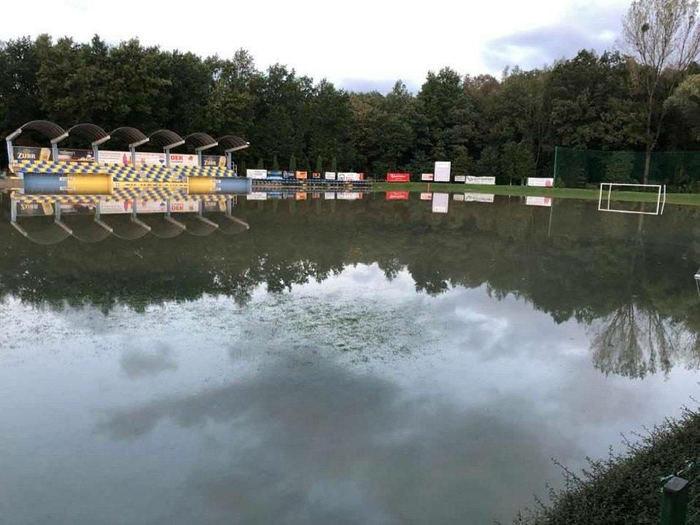 Zatopené hřiště FK Kozlovice ve čtvrtek 15. října 2020 ráno