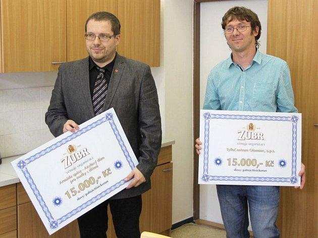 Ředitele neziskových organizací Pavel Šíma a Petr Zavadil převzali šeky v hodnotě 15 tisíc korun