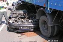 Opel Astra naboural v Rokytnici do stojící avie