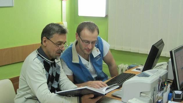 Ambulanci dětské ortopedie otevřela přerovská nemocnice. Jejím odborným garantem se stal profesor Jan Poul z brněnské faklutní nemocnice, který patří mezi špičky ve svém oboru. Na snímku je spolu s přerovským ortopedem Karlem Ročákem.