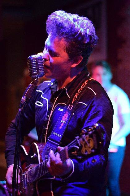 Přerovský zpěvák a kytarista Adam Hobza má rád hudbu padesátých let a Elvise Presleyho.