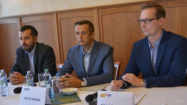 Zleva Michal Zácha (lídr ODS), Petr Vrána (radní a poslanec za hnutí ANO) a Tomáš Dostal (KDU-ČSL