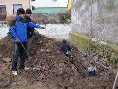 Archeologové začali provádět výzkum v Dřevohosticích, doufají, že ve zvonici objeví kryptu.