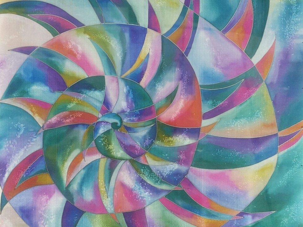 Ručně malované hedvábné šátky a šály budou k vidění v Galerii města  Přerova 4bb2930092