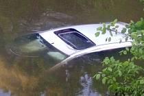 Ford Focus skončil u Kojetína v potoce, 20. 5. 2021