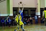 Basketbalisté Přerova (ve žlutém) v derby s Lipníkem nad Bečvou.