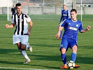 Fotbalisté Želatovic (v pruhovaném) v derby s Tatranem Všechovice. Foto: Pavel Hrdlička