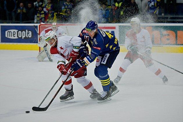 Hokejisté Přerova (v modrém) sestřelili pražskou Slavii 5:0.
