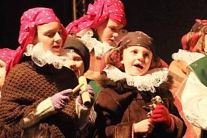 V programu Vánočních hvězdiček vystoupily na přerovském náměstí T.G. Masaryka i děti z folklorního souboru Trávníček