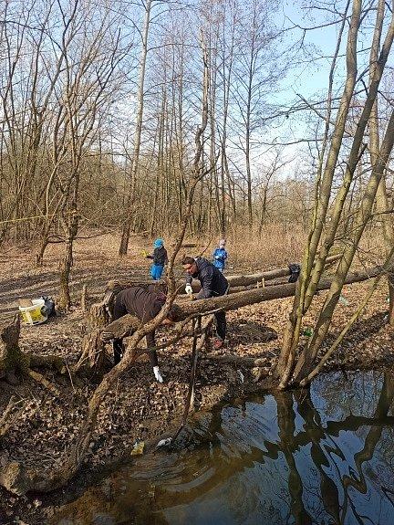 Dobrovolníci uklízí odpadky u malé Laguny v Přerově