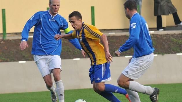 Fotbalisté Kozlovic (ve žlutomodrém) proti Určicím