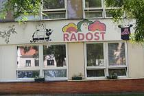 Mateřská školka Radost vyměňovala před začátkem nového školního roku dřevěná okna za plastová, a to na záchodech a v jedné z tříd.