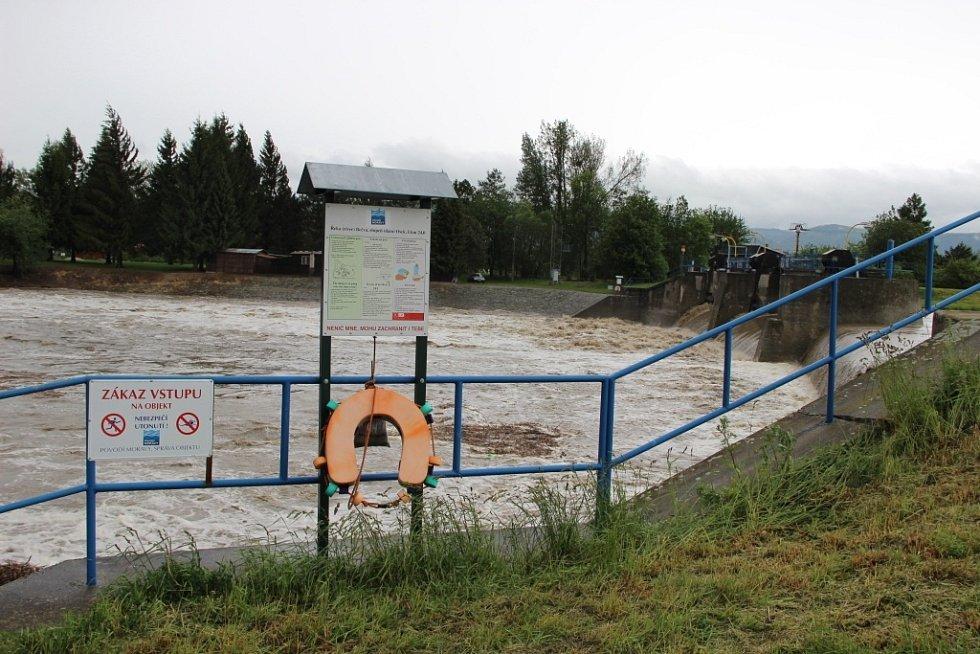 Rozvodněná Bečva - pátek 16. května dopoledne - situace na Oseckém jezu