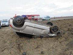 Řidič vozu Chrysler havaroval v pondělí odpoledne na silnici mezi Henčlovem a Přerovem. Jeho auto skončilo na střeše a šofér i spolujezdkyně v nemocnici.